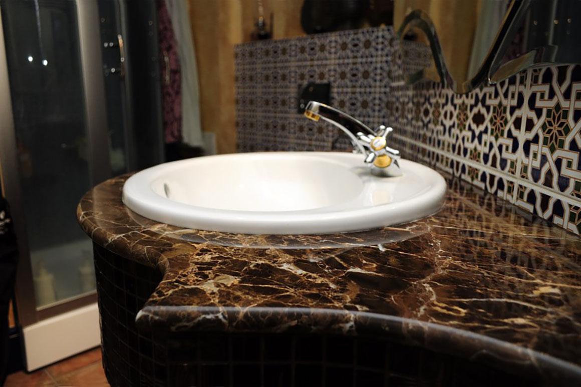 Столешница в ванную комнату из мрамора Имперадор Голд