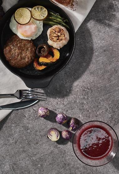 Сок из красной капусты и котлета для гамбургера