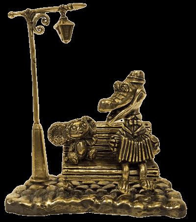 Крокодил Гена и Чебурашка под фонариком на бронзовой брусчатке