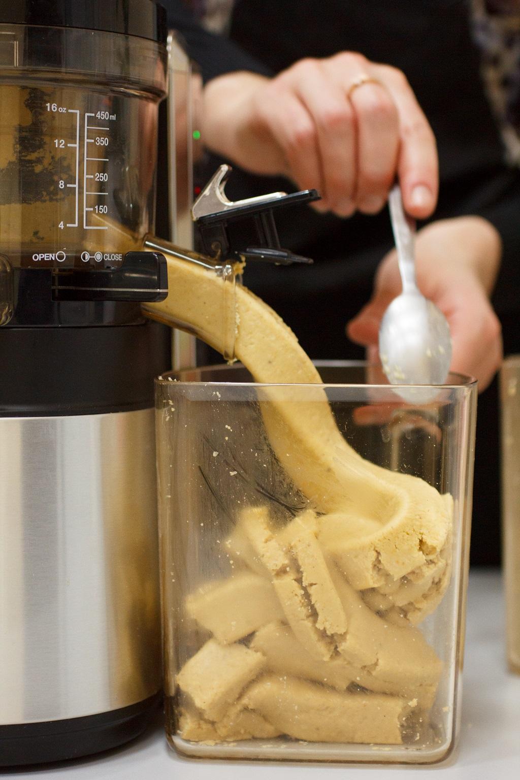 Домашняя арахисовая паста в соковыжималке Hurom Alpha
